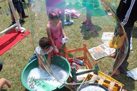 Bolhas de sabão gigante foram uma das atrações para as crianças.