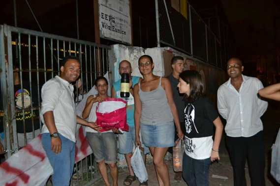 Familiares levam alimentos para alunos acampados no E.E.Prof° Josepha P. Chiavelli