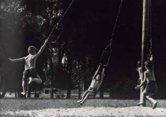 Crianças praticam o livre brincar nos parques infantis