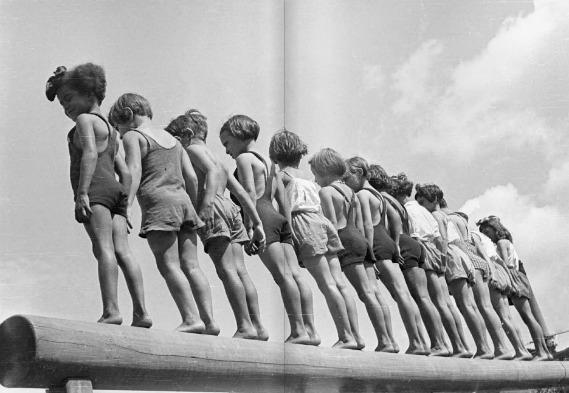 Crianças brincam em Parque Infantil