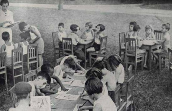 Crianças desenham nos parques na década de 30
