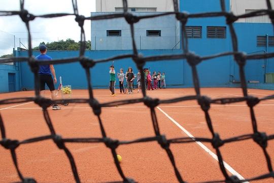 Aulas de tênis, de futebol e de percussão em equipamentos do território impulsionam a criação de uma cidade educadora.