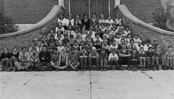 crianças na escola escada