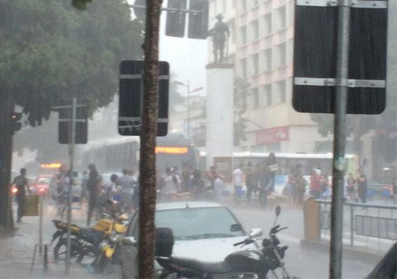 No horário previsto para o começo do ato, um forte temporal caia sobre Goiânia.