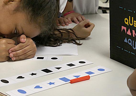 Crianças participam de oficina de co-autoria do livro.