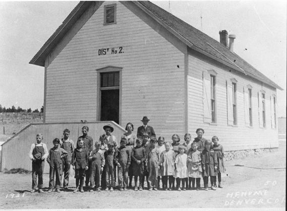crianças numa escola antiga