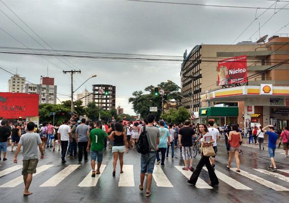 Estudantes percorrem o centro da cidade em protesto contra a militarização e a terceirização da educação.