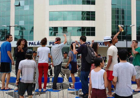 Estudantes prometem não sair das escolas nem para as festas de fim de ano
