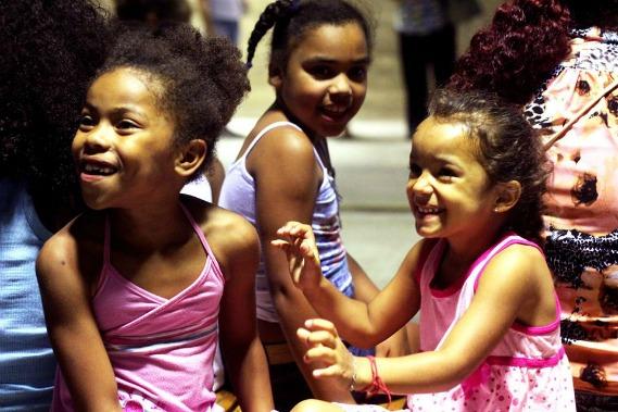 """Crianças participam da exposição sobre o projeto """"Fala Criança, Escuta Comunidade""""."""