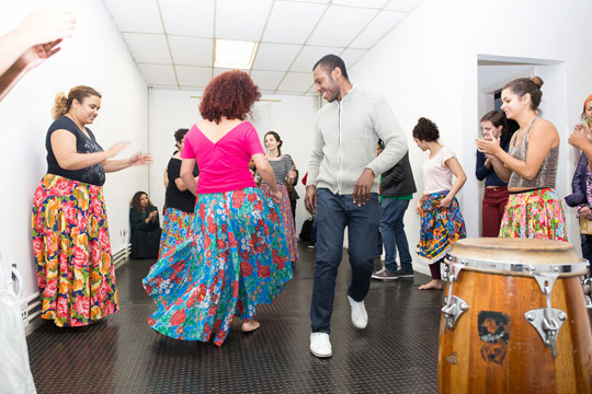 Alunos e professores dançam durante aula cultural do curso (Foto: Ilana Goldsmid)