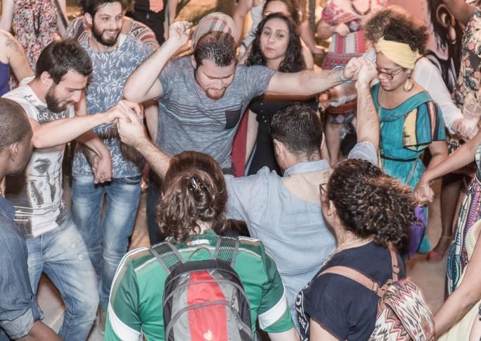 Brasileiros e refugiados fazem da aula de língua um espaço de aprendizado cultural