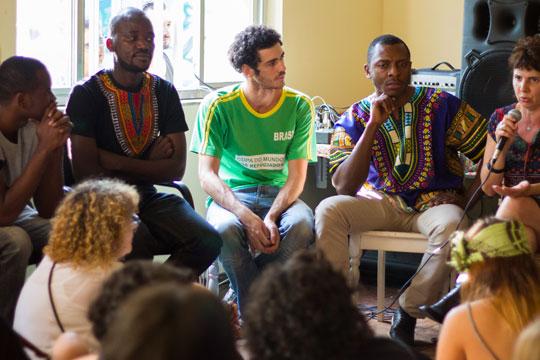 A festa multicultural teve alunos apresentando traços da cultura brasileira à quatro professores refugiados: dois sírios, um paquistanês e uma haitiana.