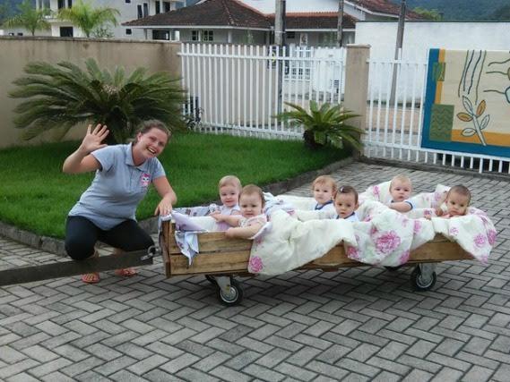 Professora leva bebês para aprender na cidade.