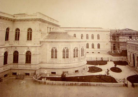 Contada ao longo de 850 páginas pela arquiteta e ex-aluna Patrícia Golombek, história da escola se mistura com história da Praça da República e da cidade.