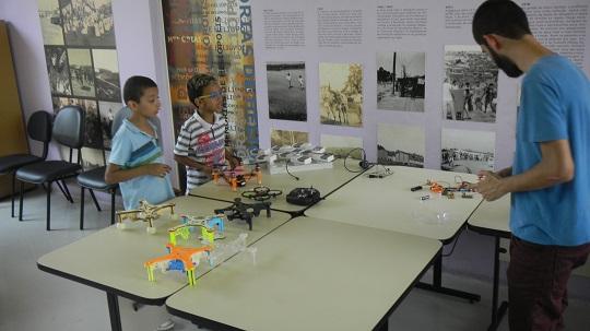 O projeto Fab Lab Livre SP proporciona aos estudantes da rede pública acesso à máquinas de produção digital para o desenvolvimento de produtos.