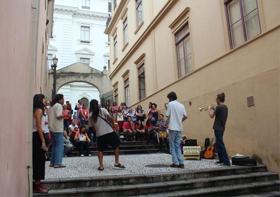"""Banda """"Trupicalhada"""" levou música e reflexão para a abertura do curso."""