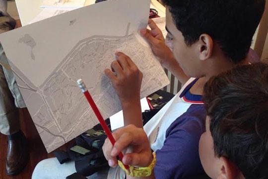 Participantes de formação estudam arredores do Museu do Amanhã.