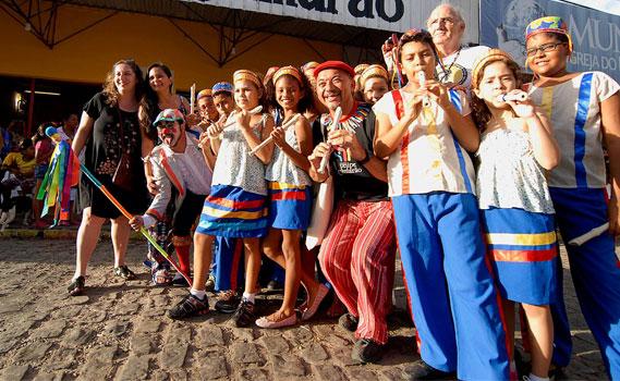 Cortejo nas ruas do bairro de Felipe Camarão, em Natal (RN)