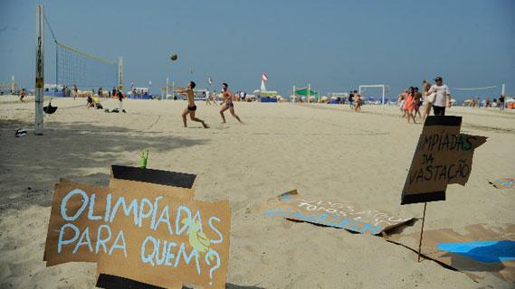 Manifestação contra a realização das Olimpíadas Rio 2016, realizada na praia de Copacabana em agosto de 2015.