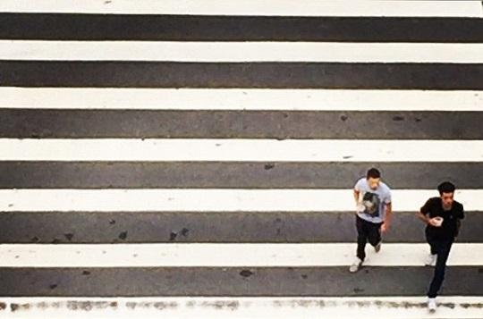 Estimular os pedestres a caminharem pelo espaço urbano é uma maneira de construir cidades sustentáveis, resilientes e educadoras.