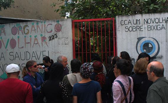 Paulo Santiago, da Novolhar, apresenta bairro do Bixiga para educadores.