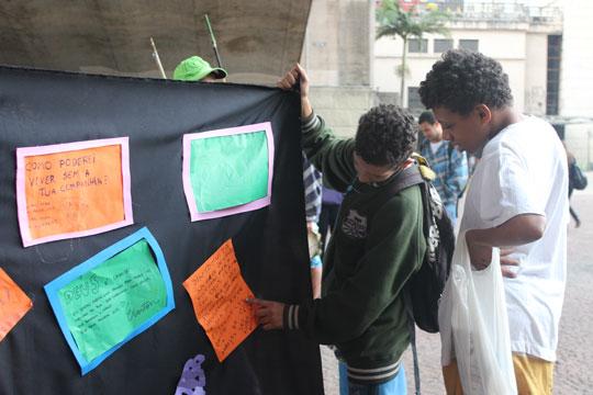 Ato defende o respeito aos direitos de crianças e jovens em situação de rua e denuncia a invisibilidade que atinge essa faixa da população.