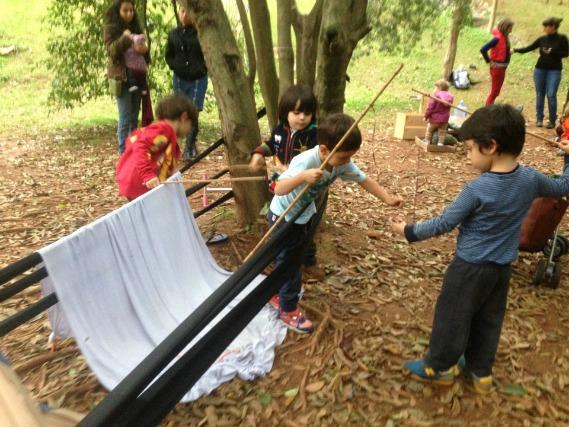 """Crianças brincam livremente em atividade do Barro Molhado. Para Goés, trata-se de """"não atrapalhar seu pleno desenvolvimento""""."""
