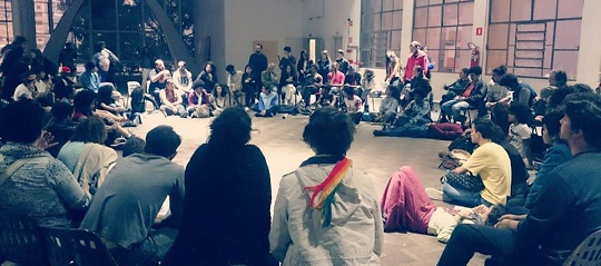 Reunião entre aprendizes e arte-educadores, ambos em greve.
