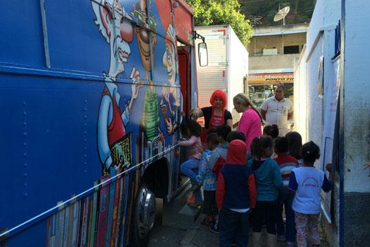 A biblioteca sobre rodas tem como objetivo ampliar as possibilidades de desenvolvimento integral das crianças e adolescentes que vivem e estudam na cidade.