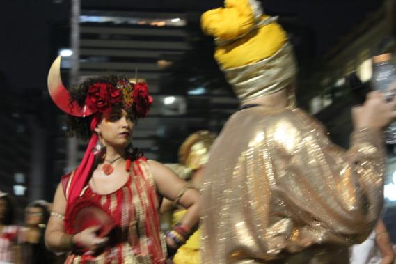 Cortejo do Ilú Obá de Min marca o espaço público com a expressão da cultura afrobrasileira.