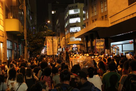 Mais de duzentas pessoas se somaram ao bloco do Ilú Obá de Min.