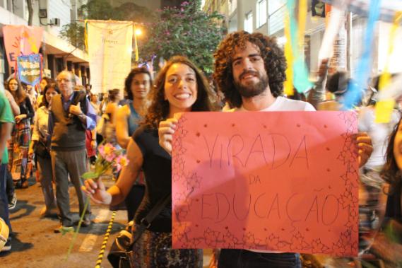 Cartazes anunciam a chegada da Virada Educação.