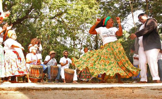 Alessandra Ribeiro dançando o jongo.