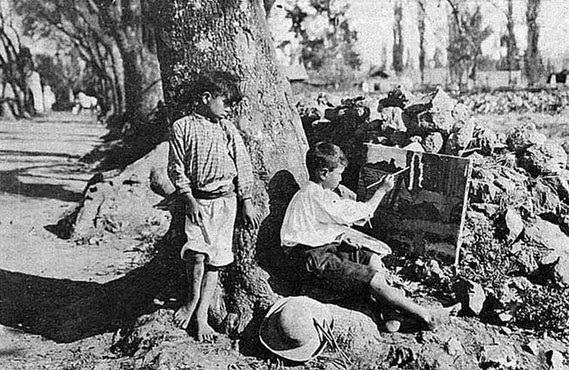 Garotos de pés descalços em uma das poucas fotos remanescentes das Escuelas.