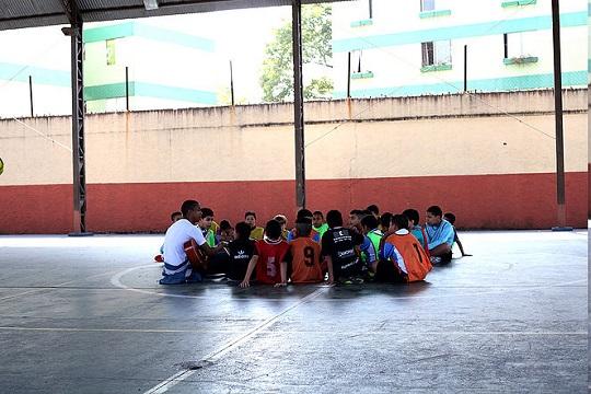 A iniciativa introduz a literatura para crianças e adolescentes da região através de rodas de leitura, utilizando como ponto de partida o cinema e o futebol