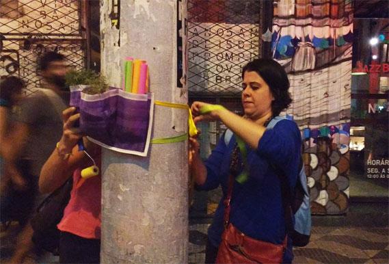 Mensagens poéticas e jardineiros estamparam os postes do centro da cidade.