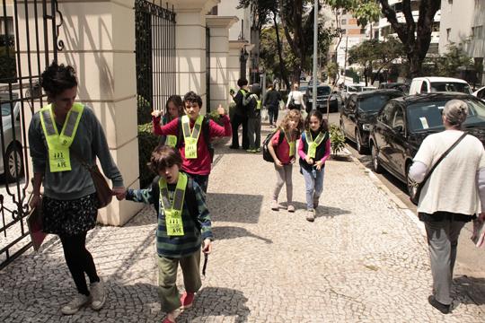 O Carona a Pé promove oito rotas diárias para as turmas da manhã e da tarde chegarem ao Colégio Equipe, reunindo 25 adultos e 82 crianças.