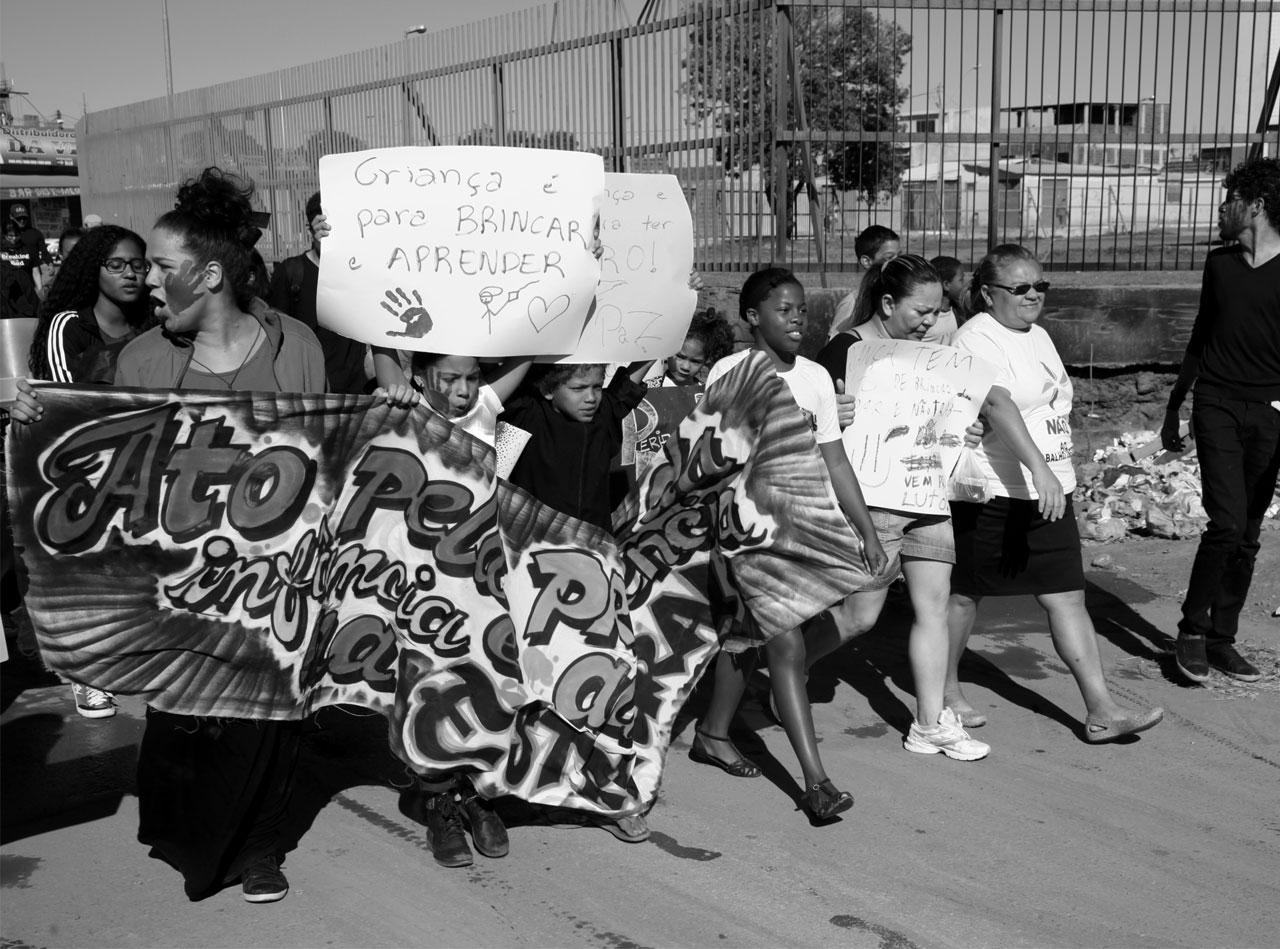 marcha em defesa dos direitos da crianças e adolescentes na comunidade