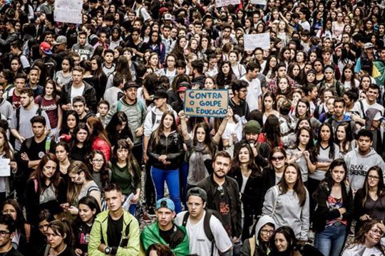 Como tornar efetiva a participação social é uma questão complexa. Ainda existe enorme distância entre os processos decisórios e o cidadão comum no Brasil.