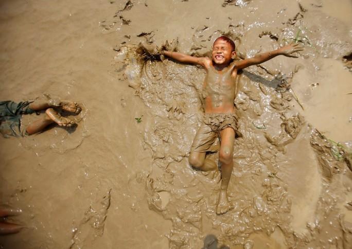 Mergulhar na lama: experiências na natureza conectam a criança com o mundo