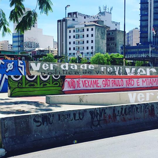 Grafites e pichações no Largo da Batata.