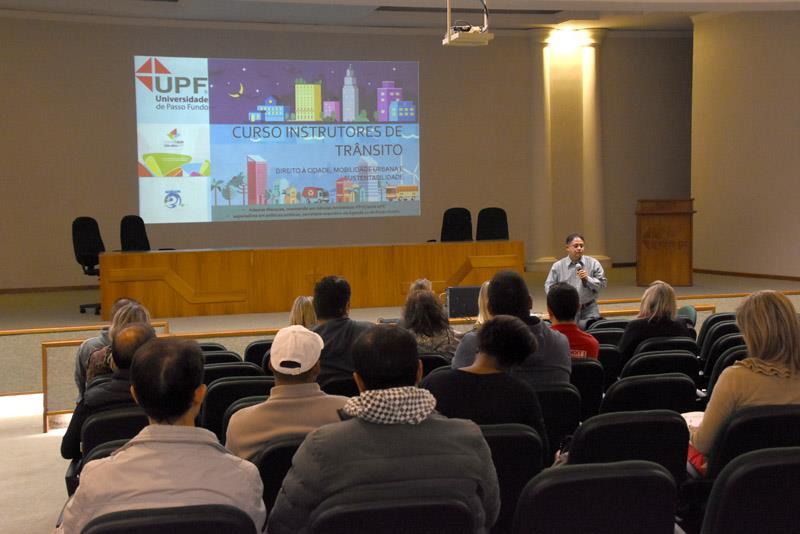 Instrutores do Detran recebem formação sob a perspectiva de cidades educadoras em Passo Fundo (RS)