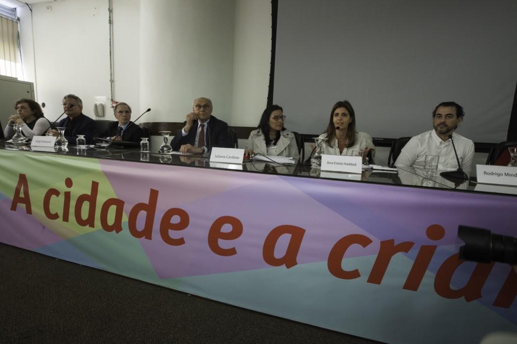 Participantes do Seminário A Cidade e a Criança sentados à mesa de debate na Câmara dos Vereadores