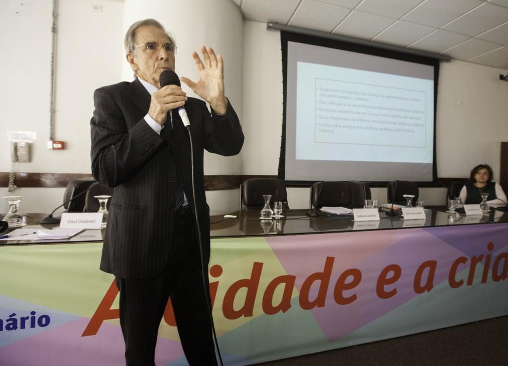 Vital Didonet de pé falando durante seminário A criança e a cidade