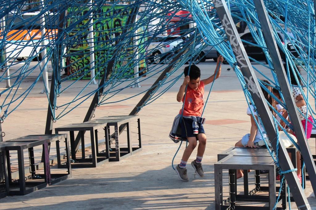 Crianças ainda brincam no mobiliário disponível do Largo da Batata, em São Paulo. Prefeitura diz que vai implantar um novo parquinho