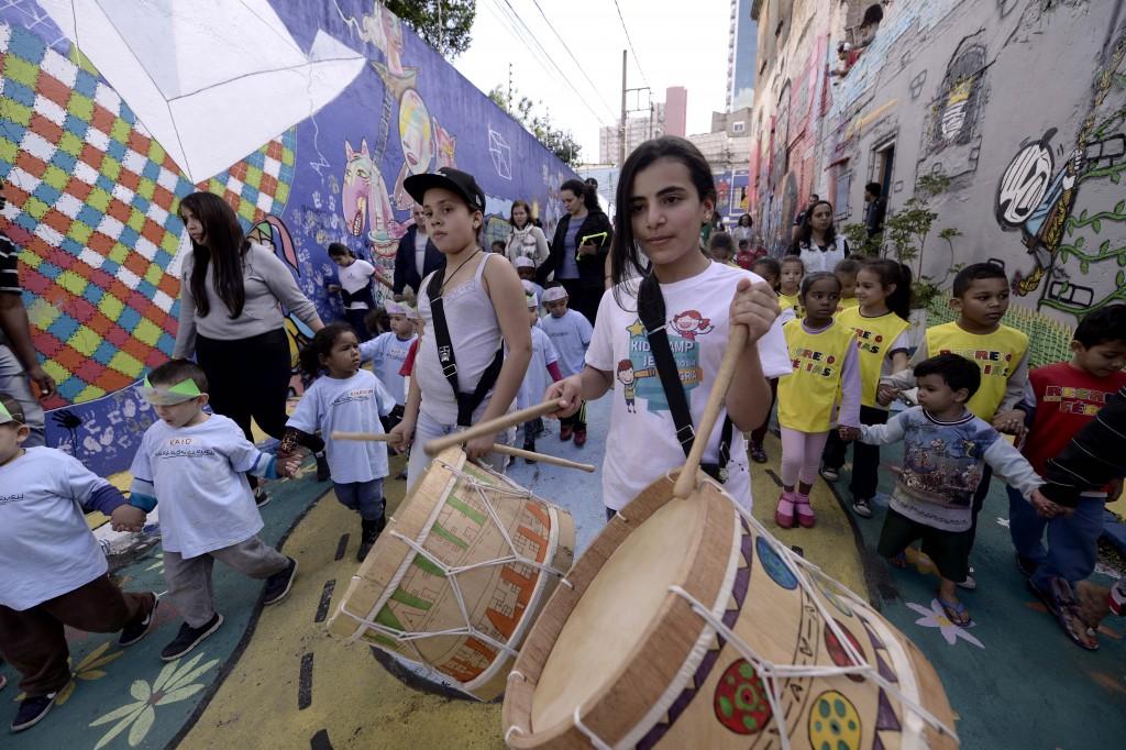 Crianças tocam tambor durante cortejo no Glicério