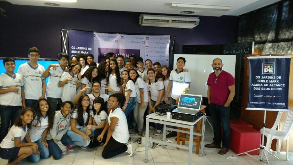 Aplicativo pretende estimular a educação patrimonial. Na foto, o idealizador Sandro Lins apresenta o app a estudantes de Recife