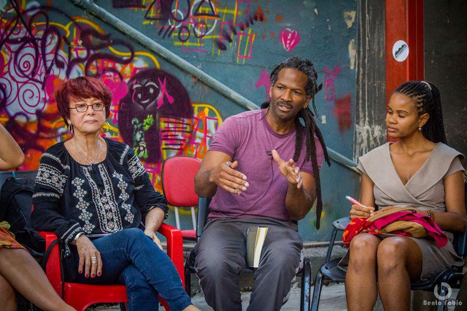 O professor Carl Hart visita o Complexo do Alemão junto aos jovens do Movimentos em sua mais recente passagem pelo Brasil