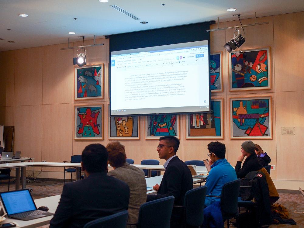 Jovens do Conselho reunidos em uma sala.