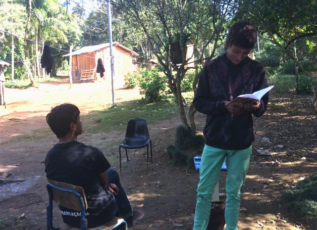 Werá Jeguaka lê seus escritos na presença do pai.